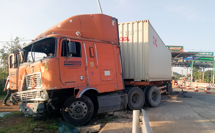 Xe Container biển quân sự sau vụ tai nạn. Ảnh: Trần Hóa.