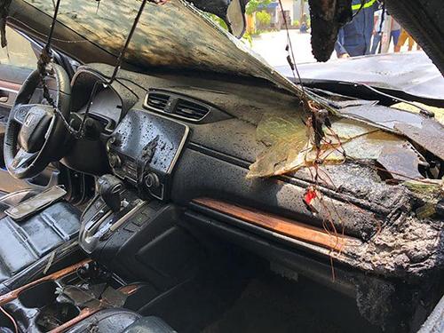 Nội thất xe hư hỏng do cháy. Ảnh: Oto+