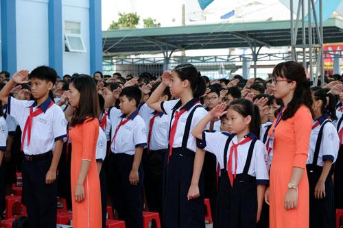 Học sinh trường THCS Cửu Long (TP HCM) trong lễ chào cờ. Ảnh: Mạnh Tùng.