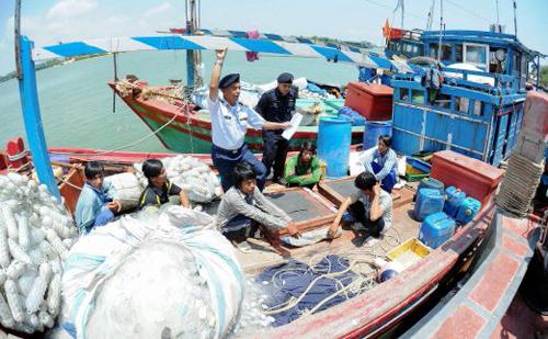 Giới chức Malaysia bắt giữ một tàu cá Việt Nam hồi tháng 3/2016. Ảnh: NST