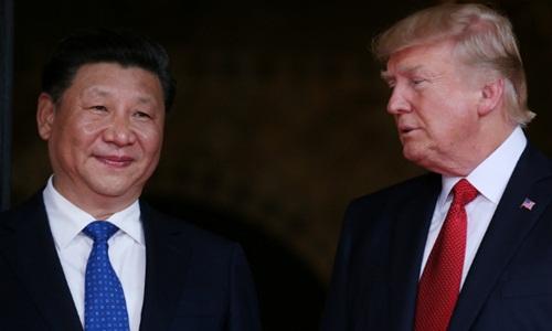 Chủ tịch Trung Quốc Tập Cận Bình (trái) và Tổng thống Mỹ Donald Trump trong cuộc gặp tại Bắc Kinh năm 2017. Ảnh: Reuters.