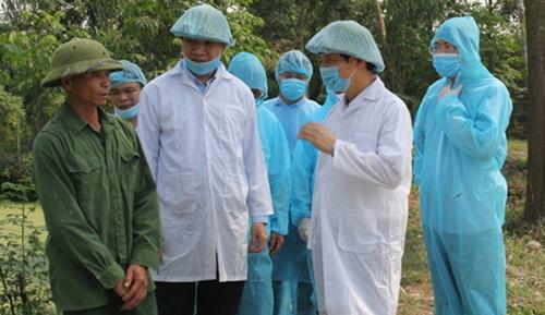 Chủ tịch UBND tỉnh Thanh Hoá - Nguyễn Đình Xứng (người mặc áo trắng bên phải) kiểm tra dịch tả lợn châu Phi tại huyên Quảng Xương sáng nay. Ảnh: Minh Hằng.