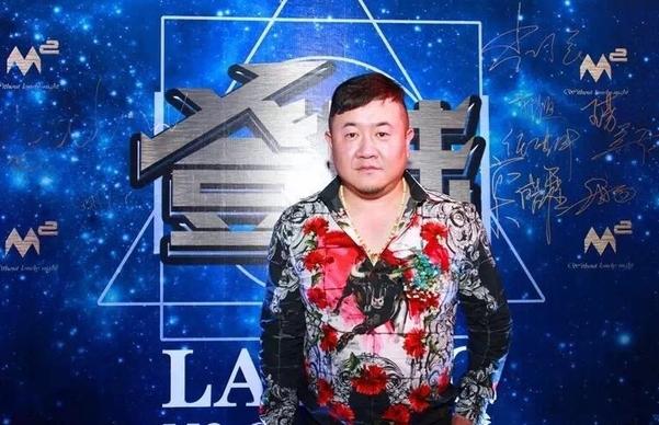 Tử tù Tôn Tiểu Quả thay tên đổi họ, trở thành ông chủ hộp đêm.