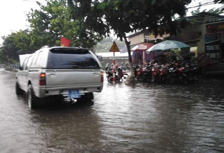 Mưa giông gây ngập đường ở thị trấn Kim Sơn (Quế Phong) chiều 20/5. Ảnh: Sách Nguyễn.