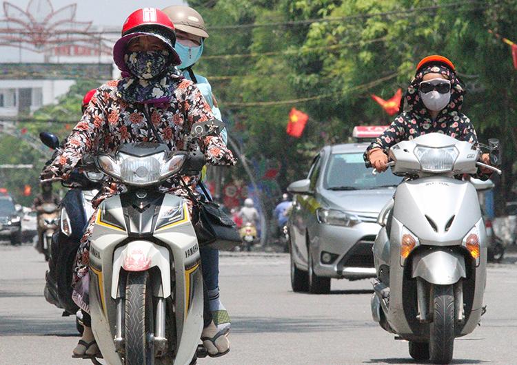 Ba ngày qua, thời tiết Hà Tĩnh có ngày nắng hơn 40 độ C, người dân luôn mang áo chống nắng, bịt khẩu trang kín mít khi ra đường. Ảnh: Đức Hùng