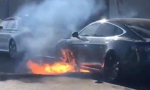 Một chiếc Tesla Model S bốc cháy khi lửa phát từ khu vực chứa bộ pin tại Mỹ năm 2018. Ảnh: Electrek