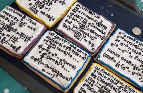 Những chiếc bánh quy do cô Ella (Anh) trang trí có hình công thức toán ở mặt trên. Ảnh: Ella Dickson