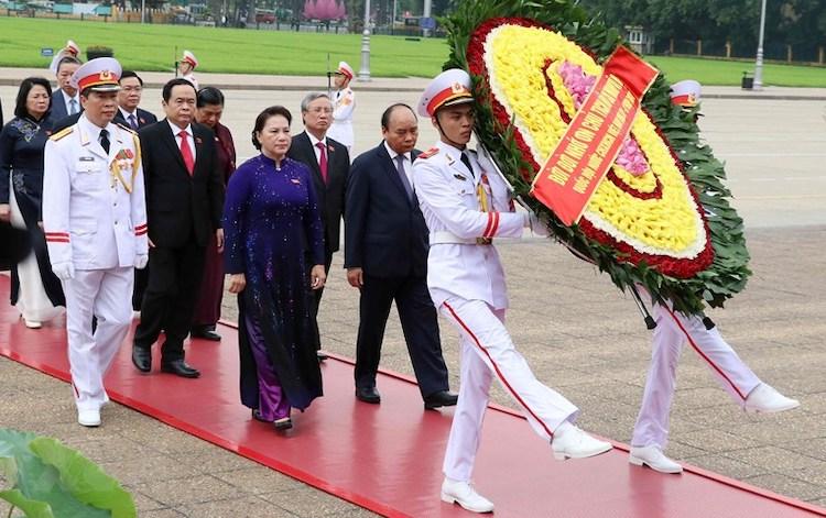 Lãnh đạo Đảng, Nhà nước vào Lăng viếng Chủ tịch Hồ Chí Minh trước giờ khai mạc kỳ họp Quốc hội sáng 20/5. Ảnh: TTX