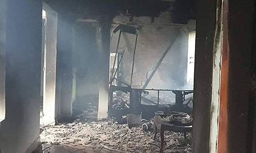 Sét đánh trúng nhà dân gây cháy tiền cất trong tủ -