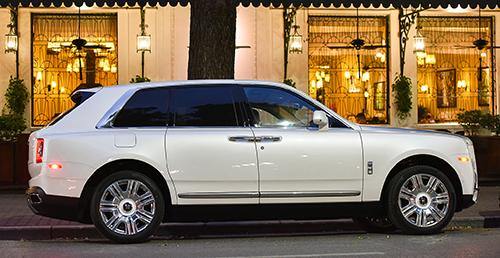 Rolls-Royce Cullinan màu trắng đầu tiên đỗ trên phố Ngô Quyền, Hà Nội. Ảnh: Tới Nguyễn