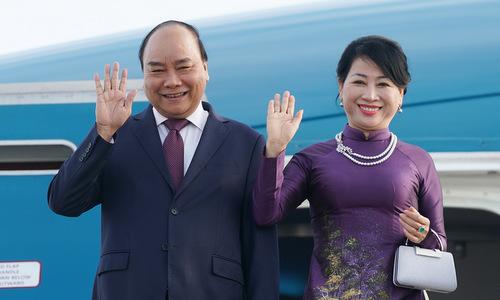 Thủ tướng Nguyễn Xuân Phúc và phu nhân tại sân bay Pulkovo 1. Ảnh: Báo Chính phủ.