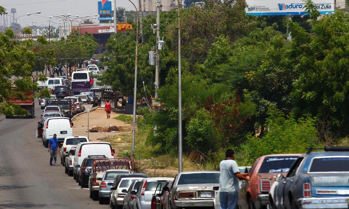 Người Venezuela xếp hàng nhiều ngày để đổ xăng giữa khủng hoảng -
