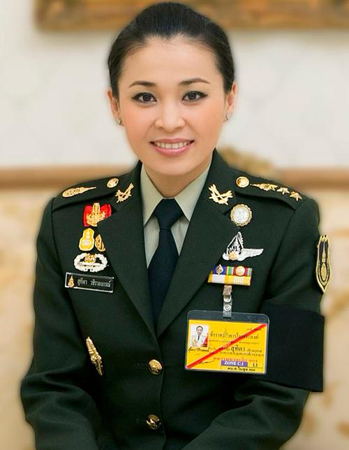Thái Lan tung bộ ảnh Hoàng hậu trong 20 trang phục
