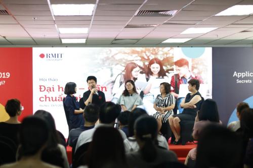 Buổi hội thảo với những thông tin thiết thực, bổ ích thu hút hàng trăm phụ huynh và học sinh.