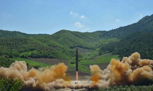 Tên lửa đạn đạo xuyên lục địa Hwasong-14 được cho là có thể mang đầu đạn hạt nhân của Triều Tiên khai hỏa. Ảnh: KCNA.