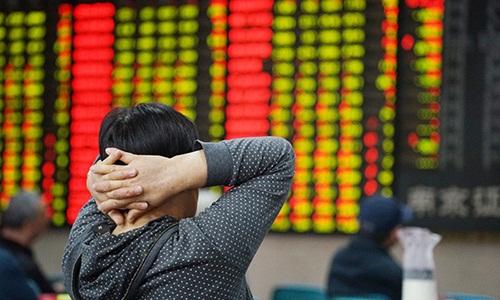 Nhà đầu tư theo dõi bảng giá tại sàn giao dịch chứng khoán ở Nam Kinh, Trung Quốc, ngày 20/5. Ảnh: VCG.