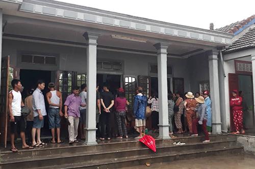 Hàng xóm và gia đình lo hậu sự cho người phụ nữ gieo lúa thuê. Ảnh: Quang Huy