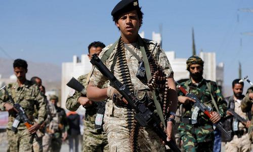 Phiến quân Houthi diễu hành tại Sanaa cuối năm 2017. Ảnh: Reuters.