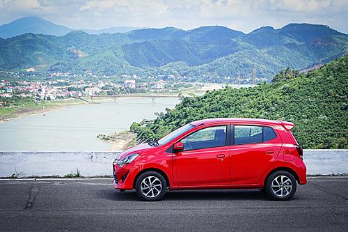 Toyota Wigo, một trong nhiều mẫu xe nhập khẩu lăn bánh trên một tuyến đường ở Hòa Bình. Ảnh: Ngọc Tuấn