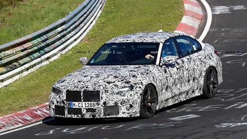 BMW M3 2020 chạy thử tại đường đua Nurburgring trong lớp nguỵ trang. Ảnh: Motor1