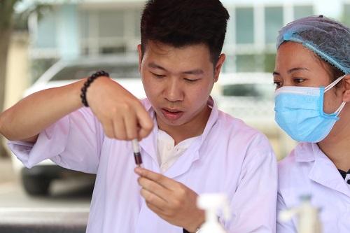 Nhân viên y tế lấy mẫu máu kiểm tra ma túy. Ảnh: Gia Chính