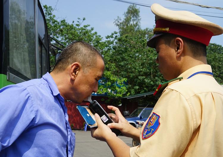 Cảnh sát giao thông kiểm tra nồng độ cồn của tài xế tại Hà Nội. Ảnh:Gia Chính.