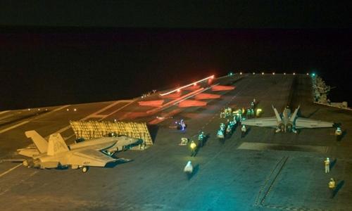 Một tiêm kích Super Hornet F/A-18E chuẩn bị cất cánh từ tàu sân bay USS Abraham Lincoln ở Biển Đỏ hôm 10/5. Ảnh: Reuters.