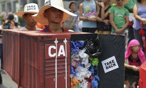 Người Philippines ở Makati năm 2015 biểu tình yêu cầu Canada nhận lại rác. Ảnh: AP.