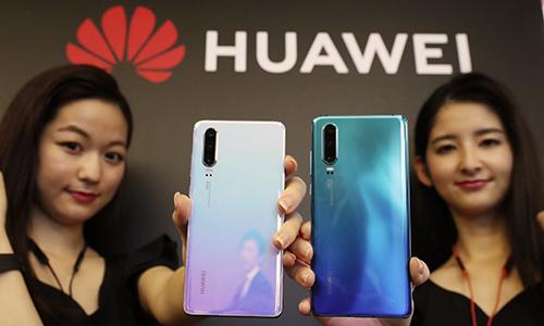 Huawei ra mắt điện thoại P30 Lite ở Nhật Bản hôm 21/5. Ảnh: Nikkei.