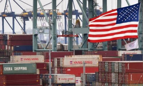 Tàu hàng của Trung Quốc đậu ở cảng Los Angeles, Mỹ. Ảnh: AFP.