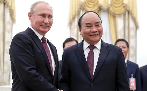 Thủ tướng Nguyễn Xuân Phúc (phải) và Tổng thống Nga Putin trong cuộc gặp tại Điện Kremlin hôm 22/5. Ảnh: Tass.