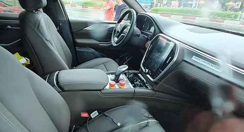 Nội thất xe VinFast, đang thử nghiệm tại Việt Nam, có nhiều dây kết nốivà nút bấm khẩn cấp. Ảnh: Việt Đăng