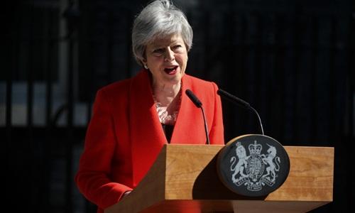 Bà May tuyên bố từ chức trước Văn phòng Thủ tướng, số 10 phố Downing. Ảnh: AFP.