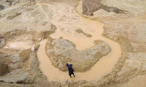 Một người làm việc trên mỏ đất hiếm ở Giang Tây, Trung Quốc tháng 10/2010. Ảnh: Reuters.