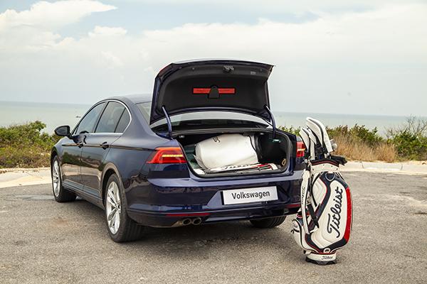 Cốp xe chứa được bốn túi golf.