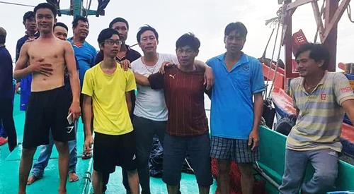 Nhóm ngư dân được cứu vớt sau 12 giờ trôi dạt trên biển. Ảnh: Phú Quốc.