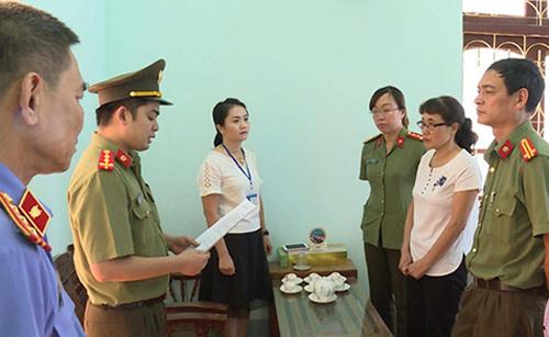 Công an đọc quyết định khởi tố bà Nguyễn Thị Hồng Nga. Ảnh: Công an Sơn La.