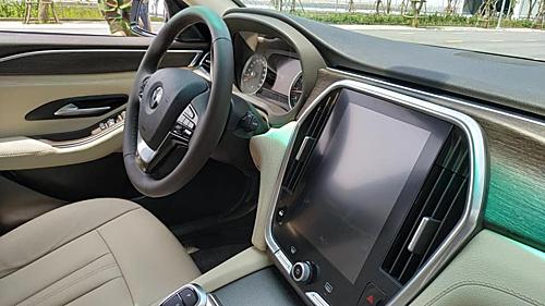 Khoang lái Lux SA 2.0 bản thử nghiệm nhìn từ ghế phụ. Xe cómàn hình hiển thị cỡ lớn, vô-lăng đa chức năng. Nhiều chi tiết ốp kim loại màu bạc tạo điểm nhấn.