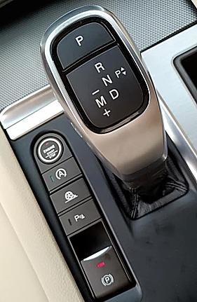 VinFast mua bản quyền về động cơ, khung gầm của hãng xe sang Đức BMW để phát triển, vì thế nhiều chi tiết tương đồng có thể tìm thấy trên sản phẩm của hai thương hiệu này. Trong ảnh là cần số đậm chất BMW dù không trau chuốt bằng.