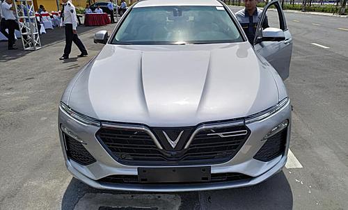 Tương tự nội thất, ngoại thất Lux A2.0 hầu như không thay đổi nhiều so với bản concept từng trưng bày tại Hà Nội hồi tháng 11/2018. Mẫu xe của VinFast dự kiến giao xe vào quý III/2019. Vì thế, thiết kế nội, ngoại thất tính đến thời điểm này của Lux A2.0 có thể là bản xem trước khá hoàn chỉnh đối với bản thương mại mà khách Việt đang quan tâm.