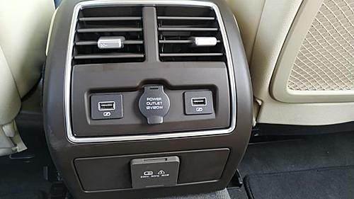 Lux A2.0 bản tiền sản xuất có cửa gió cho hàng ghế sau. Hai cổng USB và một ổ điện 12 V.
