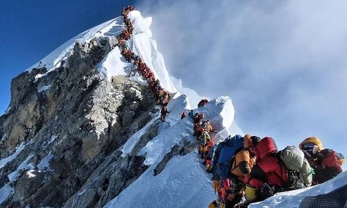 Hàng dài người xếp hàng chờ lên đỉnh Everest. Ảnh: BBC.