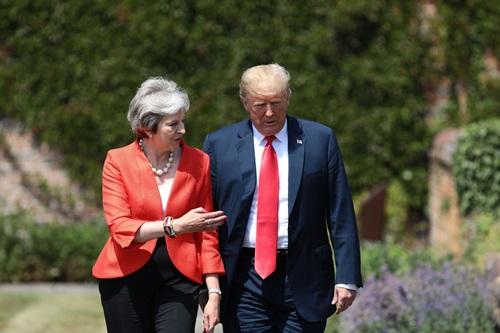 Ông Trump và bà May đi dạo khi Tổng thống Mỹ thăm chính thức Anh tháng 7/2018. Ảnh: AP.