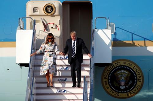 Trump và Melania bước xuống từ chuyên cơ Không lực Một ở Tokyo hôm nay. Ảnh: Reuters.
