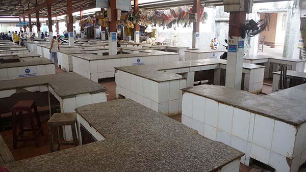 Nhiều ngày qua, các sạp hàng buôn bán thịt lợn ở chợ Thiều không có người buôn bán. Ảnh: Lê Hoàng.