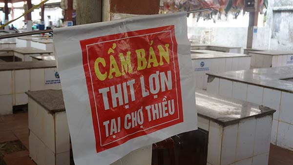 Tấm biển cấm bán thịt lợn được chính quyền cho treo trong chợ Thiều. Ảnh: Lê Hoàng.