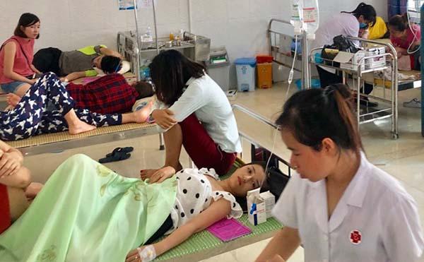 Bệnh nhân đang điều trị tại Phòng khám Đa khoa Hải Tiến. Ảnh: Lam Sơn.