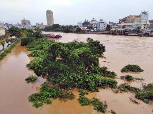 Nước lũ dâng cao trên sông Ka Long. Ảnh: Hữu Việt