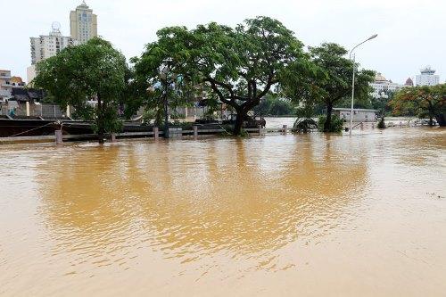 Một số tuyến phố trung tâm Móng Cái bị ngập sâu. Ảnh: Hữu Việt