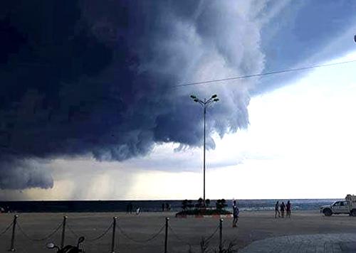 Mây giông kéo đến vùng bờ biển miền Trung. Ảnh: Võ Thạnh